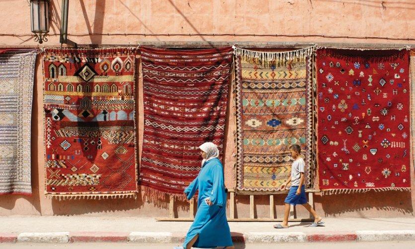 Exposition de tapis dans les rues de Marrakech.