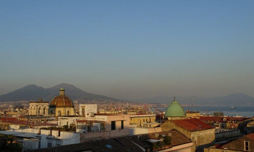 Vue panoramique de Naples et du Vésuve.