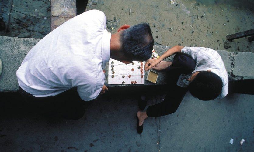 Deux hommes jouant au Go.
