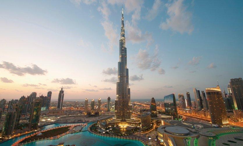 <p>Vue sur le Burj Khalifa au coucher du soleil.</p>
