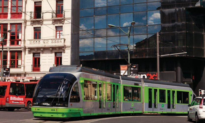 Tramway de Bilbao (Euskotran) sur la Plaza Circular.