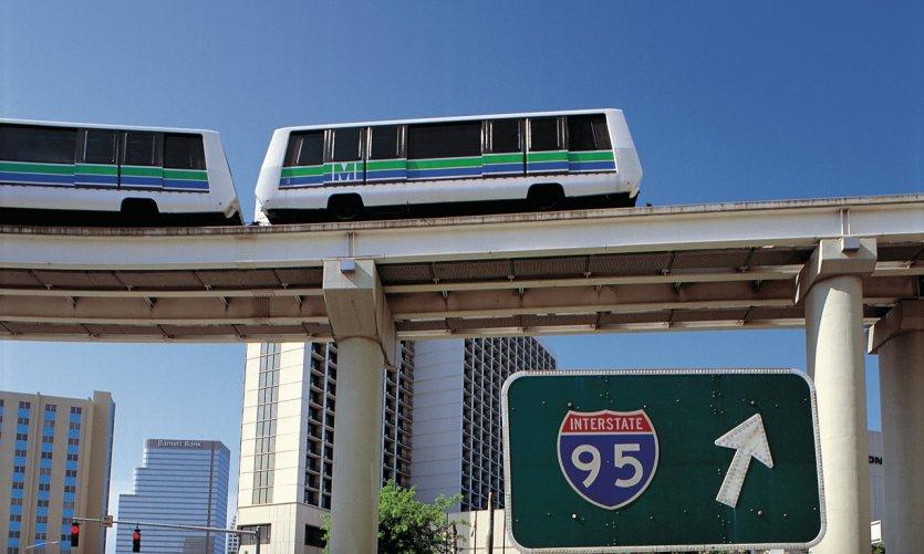 Metrorail et panneau d'indication.