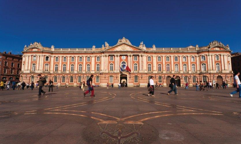 Le Capitole est un monument qui abrite la mairie de la ville et le théâtre du Capitole