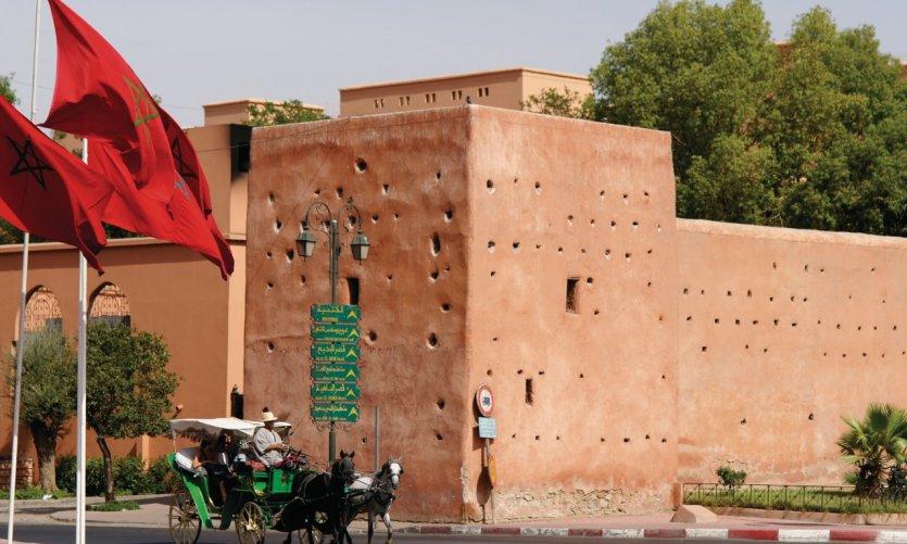 Promenade en calèche le long des remparts de la ville, Bab Jdid.