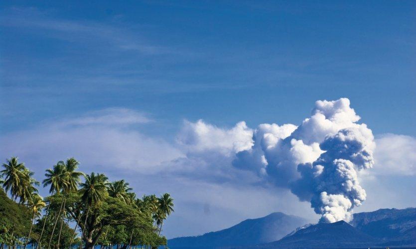 Vue sur le volcan Tavurvur depuis la plage de Kokopo.
