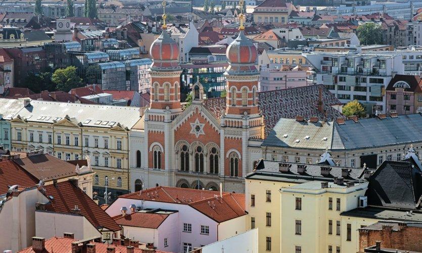 Vue sur la grande Synagogue de Plzeň, depuis la Cathédrale Saint-Barthélémy.