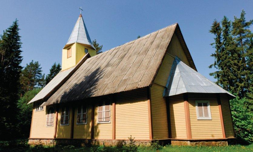 Église vers la route de Kuremäe.