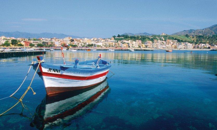Bateau de pêche dans le port de Giardini Naxos.