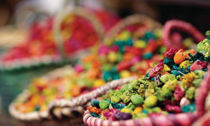 Pot-pourri de fleurs séchées, mélange de couleurs et de senteurs, dans le quartier du Mellah.
