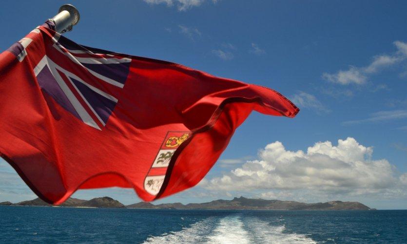 Le drapeau Fidjien flottant sur l'archipel des Yasawas.