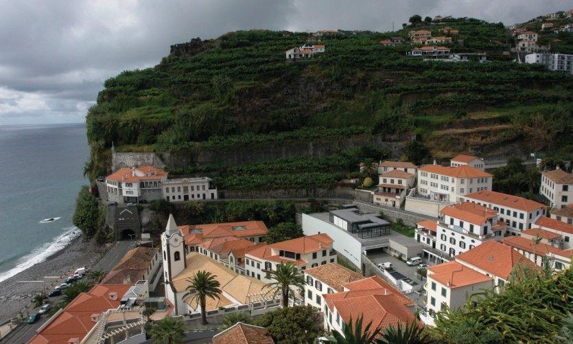 Vue panoramique sur Ponta do Sol depuis la terrasse de la Quinta da Rochinha.