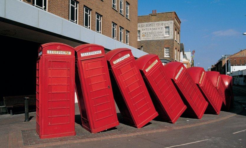 Des cabines téléphoniques en mode domino dans la banlieue de Londres.
