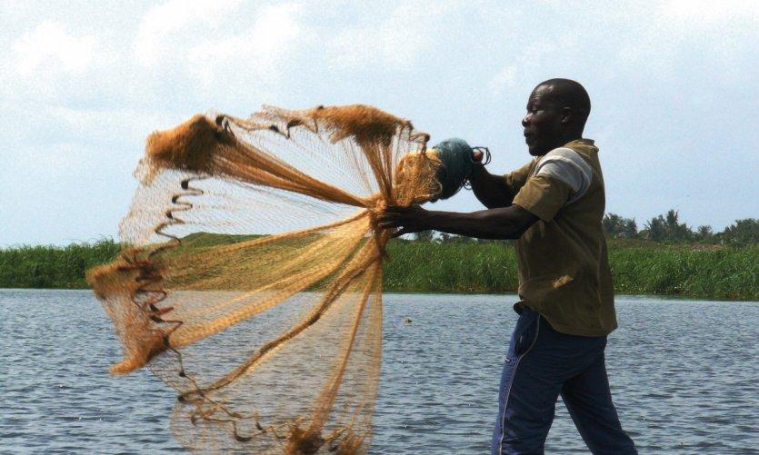 Pêche à l'épervier sur la lagune.