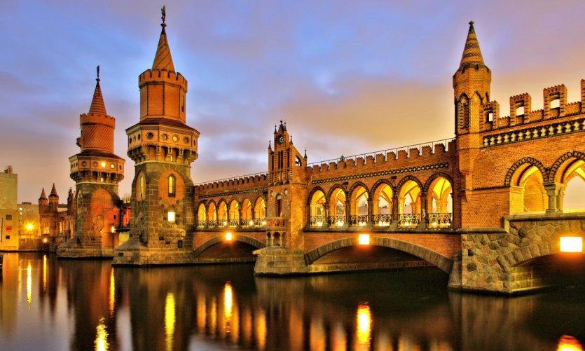 L'Oberbaumbrücke est un pont traversant la Spree à Berlin.