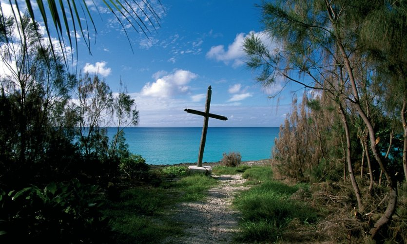 Croix plantée face à la mer.