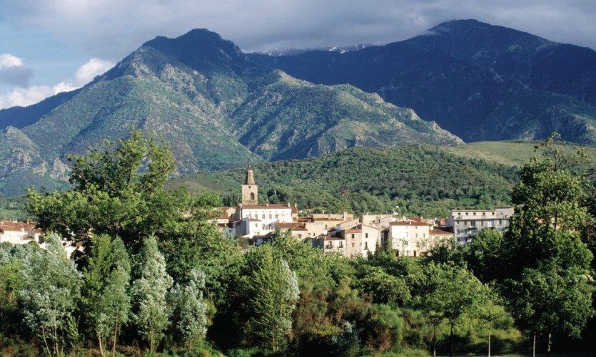 Prades est une petite ville blottie au pied du Canigou