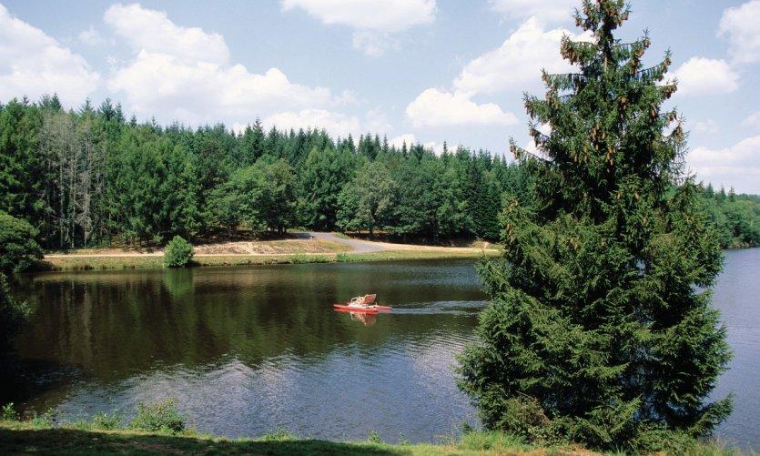 Lac de Saint-Mathieu situé au pays de Feuillardiers