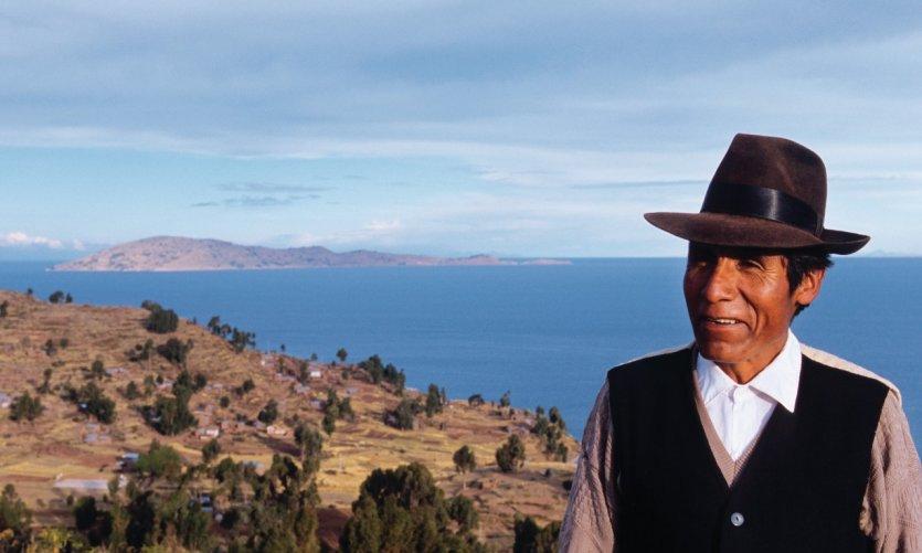 Péruvien sur les hauteurs de Llachon au bord du lac Titicaca.