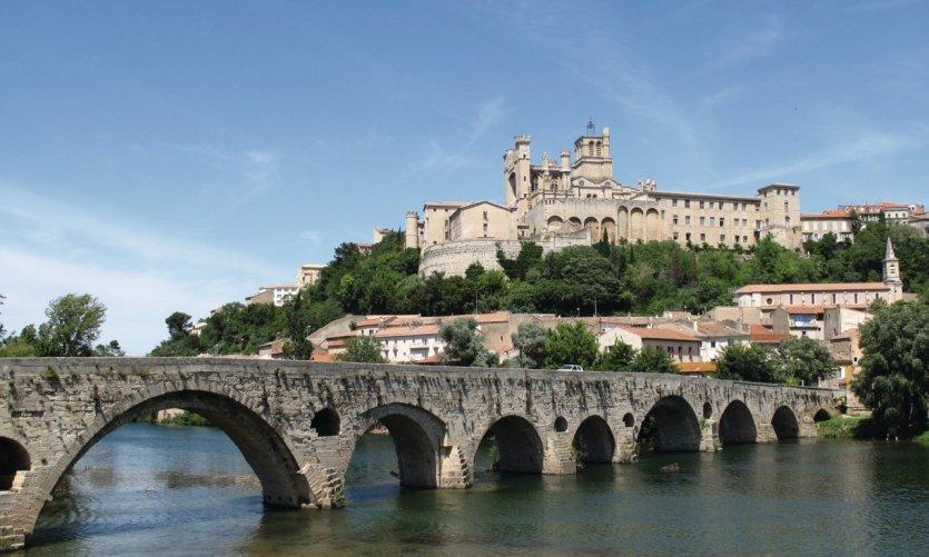 L'Orb, le pont vieux et la cathédrale Saint-Nazaire à Béziers