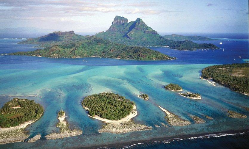 Vue de Bora Bora et ses chapelets de motus.