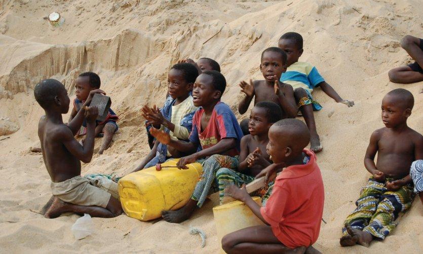 Enfants jouant de la musique le jour de Noël, Avlékété.