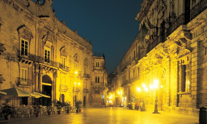 Piazza del Duomo et palais Beneventano del Bosco.