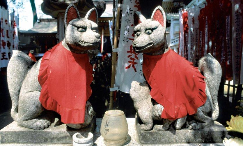 Autel du dieu-renard Inari dans un temple shinto.