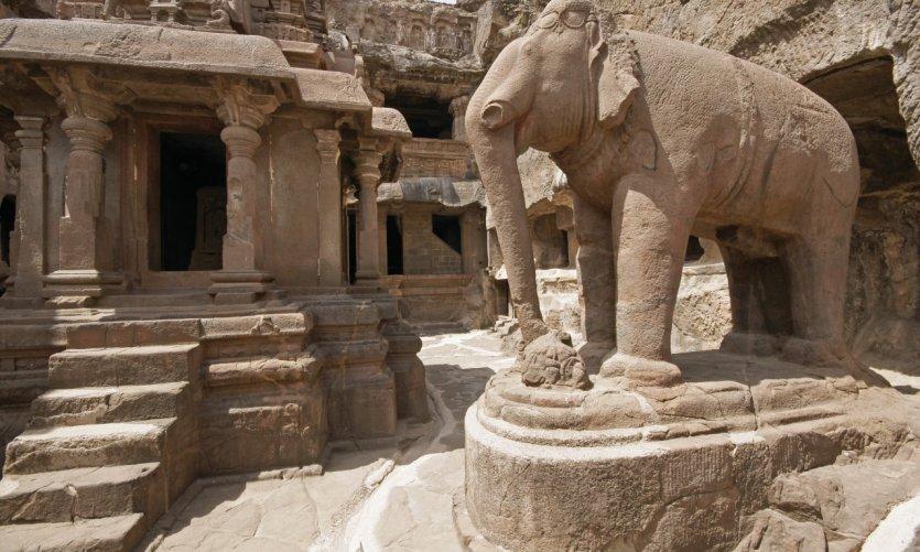 Statue d'éléphant dans un ancien temple Jain (Indra Sabha) d'Ellora (cave n° 32).