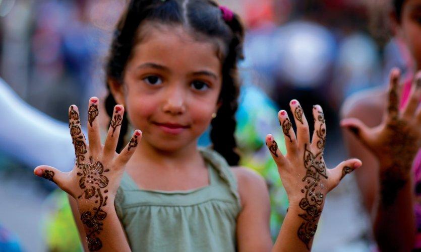Les femmes marocaines de la place Jemaâ el-Fna posent le henné, en dessinant des motifs décoratifs en guise de parure de beauté.