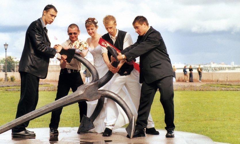 Jeunes mariés et leurs témoins pour la pose photo.