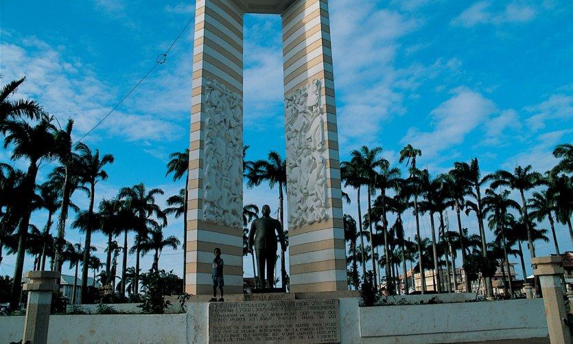 Monument dédié à Félix Éboué sur la place des Palmistes.