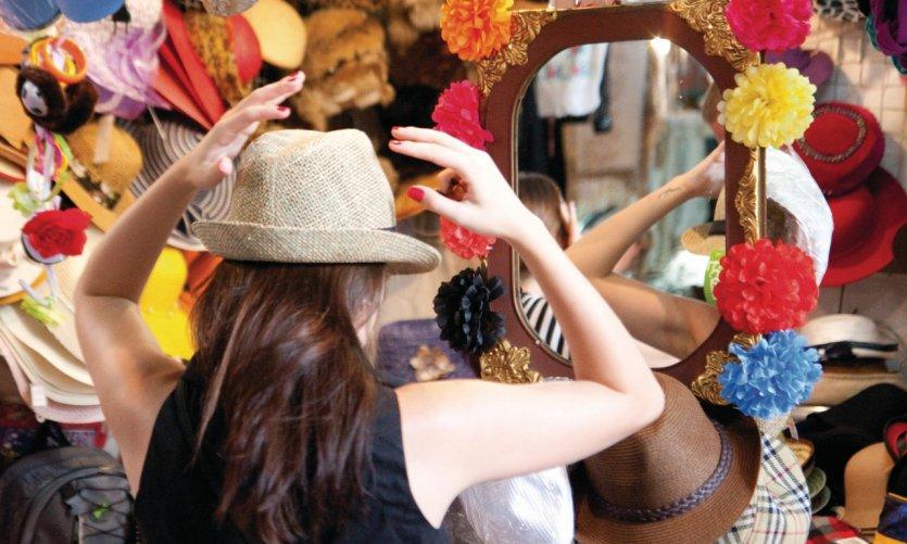 Un chapeau, oui mais lequel? Essayage dans le marché couvert de San Telmo.
