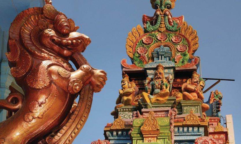 Statues traditionnelles de dieux et déesses sur un temple hindou.