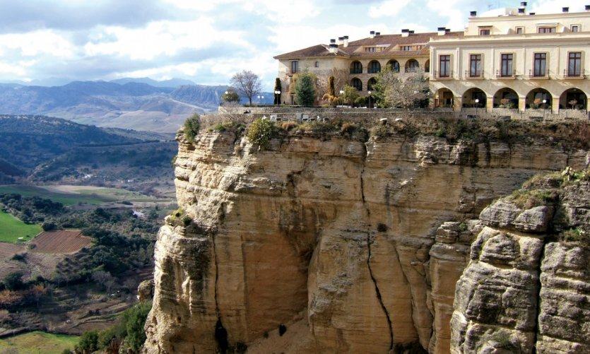 La ville de Ronda est perchée sur une falaise.