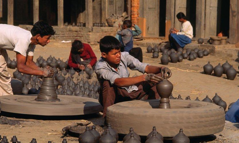 Artisans à l'oeuvre dans le quartier des potiers, à Bhaktapur.