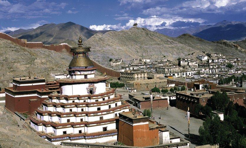 Le Kumbum du monastère Pelkor Chöde et la ville de Gyantse.