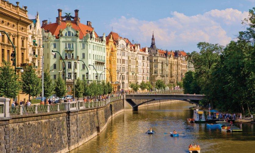 Le quai Masaryk longe la Vltava dans la ville nouvelle.
