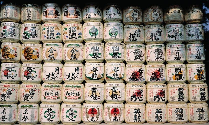 Baril de saké à l'entrée d'un temple shinto.