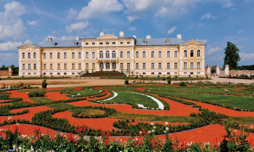 <p>Palais Palace and its French garden.</p>