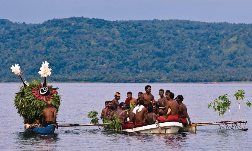 <p>Llegada de las máscaras dukduk en la bahía de Rabaul.</p>