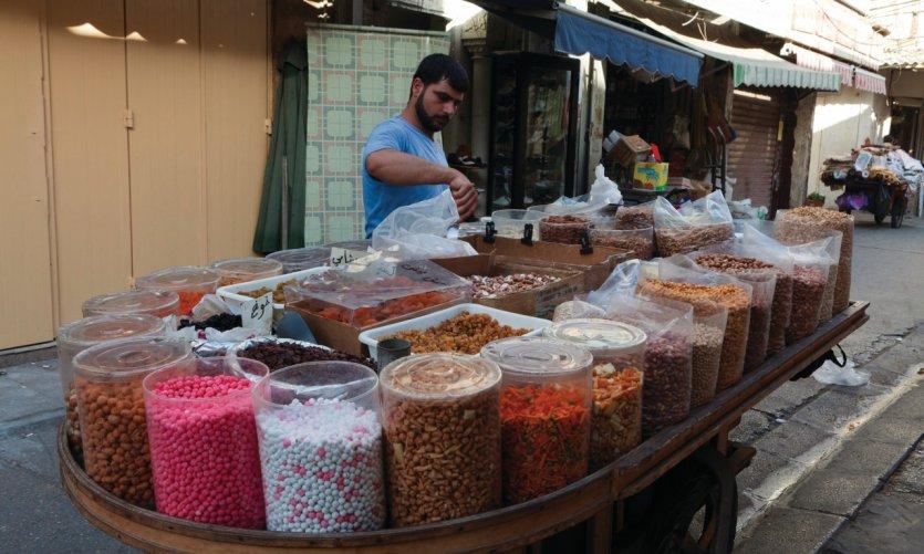 Vendeurs de douceurs dans le souk de la vieille ville de Tyr