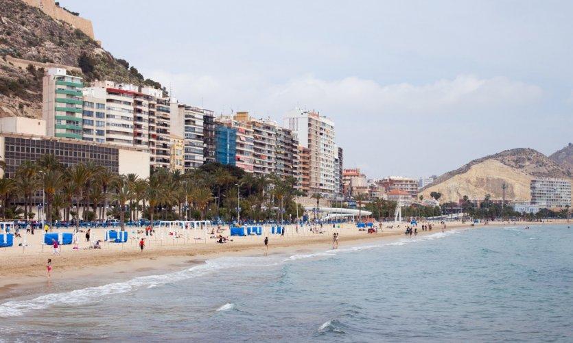 La plage d'Alicante au printemps.