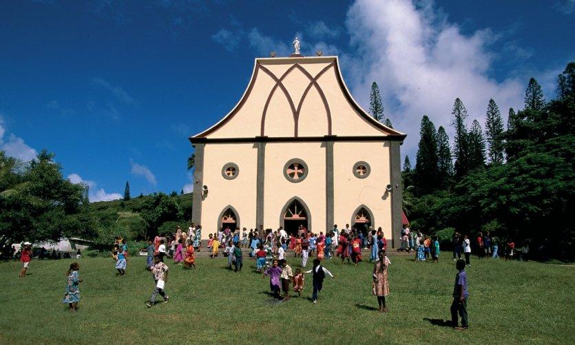 Habitants de l'île des Pins à la sortie de la messe.