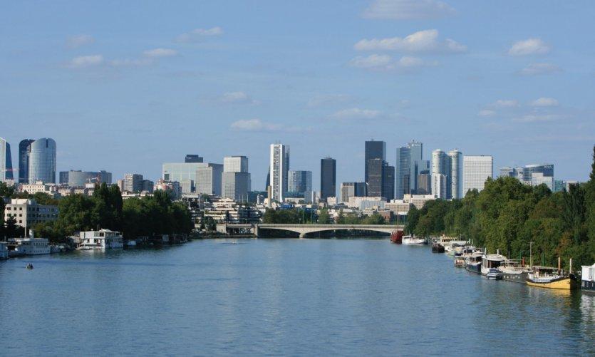 Boulogne-Billancourt, vue sur le quartier de la Défense depuis les quais du Bois de Boulogne