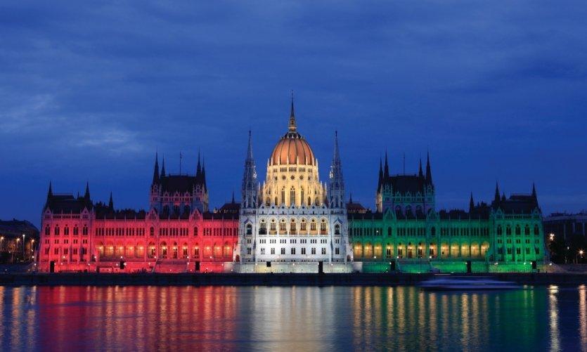 Le Parlement aux couleurs du drapeau hongrois.