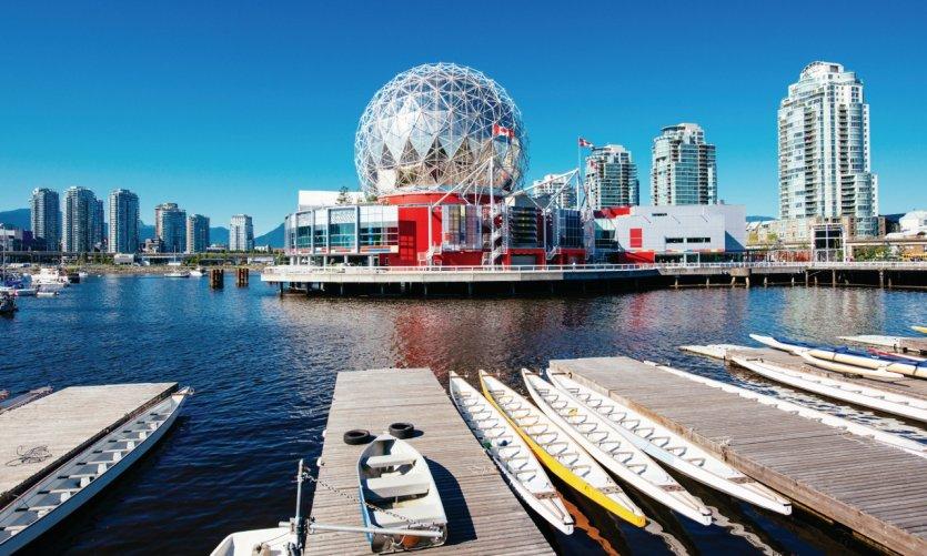 Vue sur Vancouver et le dôme du musée Science World.