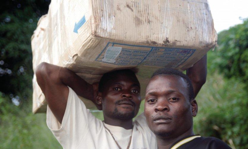 Piroguiers et pêcheurs sur les rives du fleuve Congo.