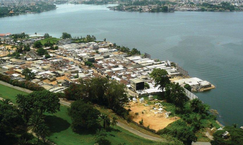 En bas de l'hôtel Ivoire s'étend le village lagunaire de Blokosso.