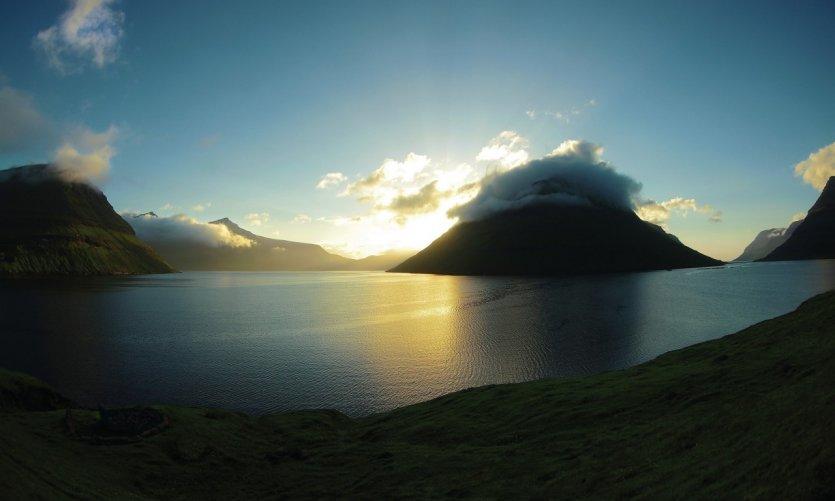 Coucher de soleil sur les Norðeyjar, près de la ville de Klaksvík.