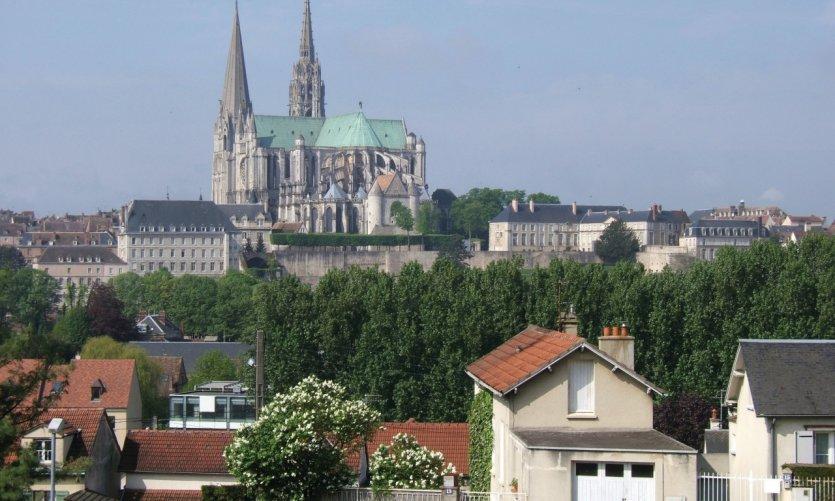 La cathédrale domine la ville de Chartres